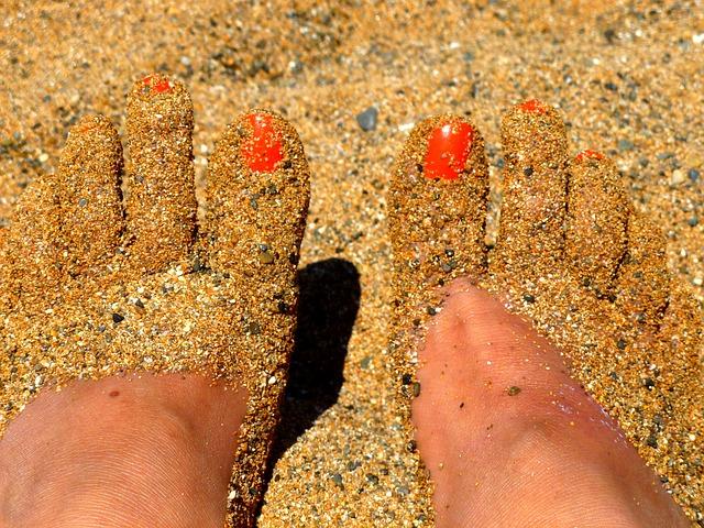 Pies bonitos en la playa