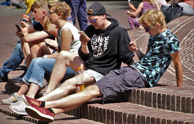 Adolescentes usando tecnología