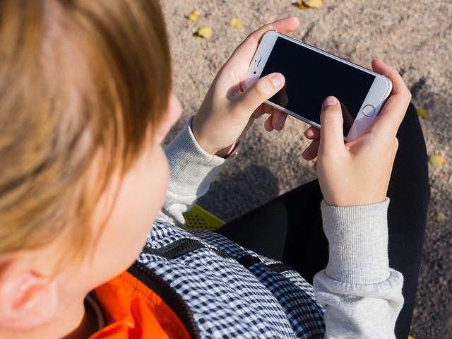 Niño con su smartphone
