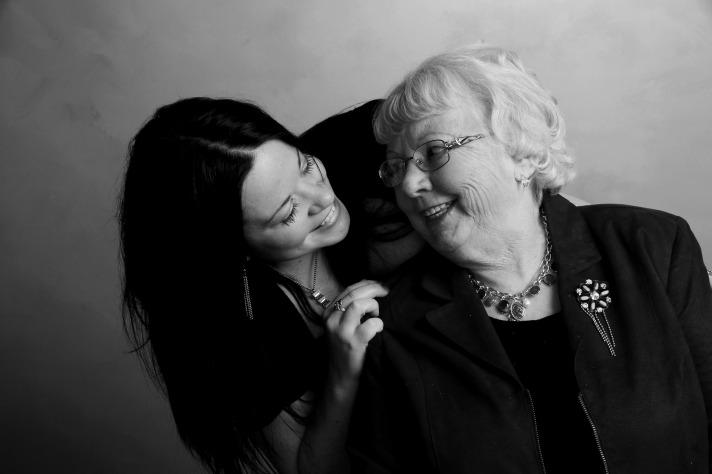 La abuela con sus secretos de belleza