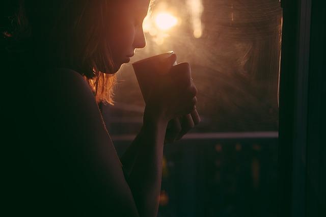 calma los nervios de mama estresada con una bebida caliente